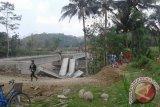 Dewan meninjau lokasi ambrolnya Jembatan Sambiroto