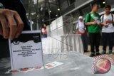 Sejumlah pelajar memasukkan surat suara ke dalam kotak suara saat mengikuti simulasi pencoblosan pemilihan kepala daerah dalam kegiatan 'Rock the Vote Indonesia' di Kampus Universitas Indonesia, Depok, Jawa Barat, Minggu (1/11). Kegiatan pendidikan politik bagi pemilih pemula yang diselenggarakan Center for Election and Political Party (CEPP) FISIP UI dan diikuti perwakilan pelajar SMA/SMK se-Kota Depok tersebut bertujuan untuk memberikan pemahaman politik kepada pemilih muda guna meningkatkan partisipasi mereka dalam Pilkada serentak pada 9 Desember 2015 mendatang. (ANTARA FOTO/Indrianto Eko Suwarso)