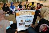 Sejumlah pelajar mendengarkan penjelasan dari mentor mengenai politik dan demokrasi dalam kegiatan 'Rock the Vote Indonesia' di Kampus Universitas Indonesia, Depok, Jawa Barat, Minggu (1/11). Kegiatan pendidikan politik bagi pemilih pemula yang diselenggarakan Center for Election and Political Party (CEPP) FISIP UI dan diikuti perwakilan pelajar SMA/SMK se-Kota Depok tersebut bertujuan untuk memberikan pemahaman politik kepada pemilih muda guna meningkatkan partisipasi mereka dalam Pilkada serentak pada 9 Desember 2015 mendatang. (ANTARA FOTO/Indrianto Eko Suwarso)