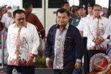 Wakil Presiden Jusuf Kalla (kanan) didampingi Menteri ESDM Sudirman Said menghadiri Puncak Peringatan Hari Nusantara ke-15 di Pelabuhan Perikanan Samudera Lampulo, Banda Aceh, Aceh, Minggu (13/12). Peringatan Hari Nusantara itu mengambil tema kekayaan energi dan sumber daya mineral untuk pembangunan Indonesia sebagai poros maritim dunia guna mewujudkan kejayaan dan kemakmuran bangsa. ANTARA FOTO/Akbar Nugroho Gumay/nz/15