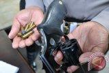 Polisi sita senjata api jenis revolver saat menangkap tokoh pemuda Umar Kei