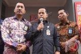 Direktur Pemeriksaan dan Penagihan Ditjen Pajak Edi Slamet (tengah) didampingi Kepala Kanwil DJP Jakarta Pusat Angin Prayitno Aji (kiri) dan Kadiv PAS Kanwil DKI Jakarta Kemenkumham A Yusparuddin menyampaikan keterangan terkait penyanderaan penunggak pajak di Jakarta, Kamis (7/4). Ditjen Pajak saat ini menyandera empat orang penunggak pajak yang dititipkan di Rutan Salemba dan masih mengejar pelaku-pelaku lain yang belum menunaikan kewajibannya. ANTARA FOTO/Akbar Nugroho Gumay/wdy/16