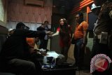 Petugas gabungan memeriksa sampel urine pemandu lagu di salah satu tempat hiburan malam di Tulungagung, Jawa Timur, Sabtu (17/4). Operasi bersih narkoba itu digelar untuk mendeteksi dini peredaran narkoba dan potensi kriminalitas di lingkungan tempat-tempat hiburan malam. Antara Jatim/Destyan Sujarwoko/zk/16