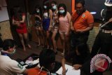 Petugas gabungan merazia tempat hiburan malam di Tulungagung, Jawa Timur, Sabtu (17/4). Operasi bersih narkoba itu digelar untuk mendeteksi dini peredaran narkoba dan potensi kriminalitas di lingkungan tempat-tempat hiburan malam. Antara Jatim/Destyan Sujarwoko/zk/16