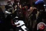 Petugas gabungan mengambil sampel urine pemandu lagu tempat hiburan malam di Tulungagung, Jawa Timur, Sabtu (17/4). Operasi bersih narkoba itu digelar untuk mendeteksi dini peredaran narkoba dan potensi kriminalitas di lingkungan tempat-tempat hiburan malam. Antara Jatim/Destyan Sujarwoko/zk/16