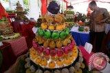 Juri melakukan penilaian terhadap sejumlah tumpeng saat lomba kreasi tumpeng jajanan pasar di kelurahan Muning, Kota Kediri, Jawa Timur, Senin (25/4). Lomba tumpeng berbahan dasar makanan tradisional tersebut sebagai upaya mengajak masyarakat berkreasi membuat makanan sehat sebagai langkah mewujutkan ketahanan pangan dari tingkat keluarga. Antara Jatim/Prasetia Fauzani/zk/16