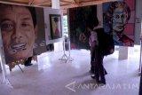 Pengunjung memperhatikan karya seni kriya di pameran lukis dan kriya karya siswa dan guru SMP di Balai Budaya, Tulungagung, Jawa Timur, Rabu (4/5).  Pameran seni digelar untuk mengapreasiasi karya seni pelajar setempat dengan menampilkan 163 karya seni siswa dan guru dari 48 lembaga SMP di Tulungagung. ANTARA FOTO/Destyan Sujarwoko/16