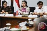 Menko PMK Puan Maharani (tengah) didampingi Menkum HAM Yasonna H Laoly (kanan) dan Menteri Kesehatan Nila Moeloek (kiri) memberikan keterangan pers seusai rapat koordinasi tingkat menteri terkait maraknya kasus kekerasan terhadap anak di Kantor Kemenko PMK, Jakarta, Selasa (10/5). Dalam rapat itu diputuskan sejumlah isu penting terkait substansi amandemen UU Perubahan Kedua Atas UU Nomor 23 Tahun 2002 tentang Perlindungan Anak di antaranya yaitu penambahan hukuman atau pemberatan hukuman serta publikasi identitas pelaku kekerasan. ANTARA FOTO/Sigid Kurniawan/wdy/16.