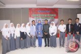 Anggota Komisi VIII DPR RI Desy Ratnasari(tengah), foto bersama pelajar saat sosialisasi UU 35  tahun 2014 tentang Kekerasan Terhadap Anak kepada pelajar, kader posyandu dan aktivis perlindungan anak dan perempuan di Sukabumi, Jawa Barat. (Foto Antara/Aditya A Rohman).