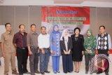 Anggota Komisi VIII DPR RI Desy Ratnasari (tengah), foto bersama kader posyandu dan aktivis perlindungan anak dan perempuan pada sosialisasi UU 35 tahun 2014 tentang Kekerasan Terhadap Anak di Sukabumi, Jawa Barat. (Foto Antara/Aditya A Rohman).