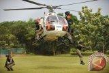 Sejumlah anggota polisi anggota Satuan Khusus Anti-Teror Brimob Polda Banten saat berlatih melakukan penyergapan dari helikopter di Serang, Banten. Satsus Brimob Anti-Teror tersebut dibentuk untuk merespon setiap ancaman teror di berbagai wilayah hingga ke pelosok tanah air. (ANTARA FOTO/Asep Fathulrahman/Dok).
