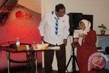 Ketua Dewan Pembina Dompet Dhuafa Parni Hadi (kiri) ketika sedang memberikan pelatihan menulis usai peluncuran =Gerakan Perempuan Menulis= kerja sama Dompet Dhuafa, Konggres Wanita Indonesia (Kowani), dan LKBN Antyara (LPJA), di Jakarta. (ANTARA FOTO/M.Tohamaksun & Linna Susanti/Dok).