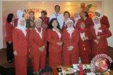Ketua Dewan Pembina Dompet Dhuafa Parni Hadi ketika foto bersama para peserta peluncuran =Gerakan Perempuan Menulis' kerja sama Dompet Dhuafa, Konggres Wanita Indonesia (Kowani), dan LKBN Antara di Jakarta. (ANTARA FOTO/M.Tohamaksun & Linna Susanti/Dok).