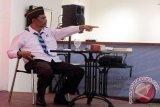 Ketua Dewan Pembina Dompet Dhuafa Parni Hadi ketika sedang menunjuk peserta pelatihan menulis usai peluncuran