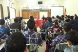 Legislator asal Kalimantan Barat Micheal Jeno sedang memberikan sosialisasi empat pilar kebangsaan kepada seluruh mahasiswa di Pontianak (Foto Dedi)