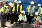 Menteri Pekerjaan Umum dan Perumahan Rakyat Basuki Hadimuljono (tengah) bersama Walikota Bandung Ridwan Kamil (kedua kiri) dan Wagub Jabar Dedy Mizwar (ketiga kanan) mengikuti acara Ground Breaking Pembangunan Flyover Antapani, Bandung, Jawa Barat, Jumat (10/6). Ground breaking Flyover Antapani merupakan proyek percontohan pembangunan jembatan layang dengan struktur baja bergelombang yang dikombinasikan dengan timbunan ringan. ANTARA FOTO/Agus Bebeng/wdy/16.