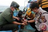 Petugas kesehatan dibantu aparat TNI/Polri memeriksa kesehatan imigran Srilanka di atas kapal yang sengaja didamparkan di pantai Pulo Kapuk Lhonga, Aceh Besar, Aceh, Selasa (14/6). Sebanyak 44 imigran asal Srilanka yang berangkat dari India dengan kapal nomor lambung TN-1-FV-00455-09 yang menolak meninggalkan perairan Aceh dan meminta tambahan bantuan 7 ton BBM mendamparkan diri dengan memotong tali jangkar hingga berlabuh dipantai. ANTARA FOTO/Irwansyah Putra/foc/16.