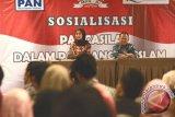 Rektor Universitas Muhammadiyah Sukabumi (UMMI), Sakti Alamsyah (kanan) bersama Anggota MPR RI, Desy Ratnasari (kiri), pada acara sosial ntang berbangsa dan bernegara yang bertema 'Pancasila dalam pandangan islam', yang diadakan di Hotel Maxone, Kota Sukabumi, Jawa Barat.  (Foto Antara/Aditya A Rohman)