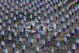 Ribuan prajurit Koarmatim, PNS, dan Jalasenastri dari berbagai Kotama TNI AL bersenam bersama di Dermaga Madura Koarmatim, Ujung Surabaya, Jawa Timur, Selasa (2/8). Kegiatan tersebut dalam rangka menyambut serta memeriahkan Hari Ulang Tahun (HUT) Jalasenastri ke-70 yang jatuh pada tanggal 27 Agustus 2016. Antara Jatim/Didik Suhartono/zk/16