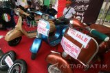 Sejumlah calon pembeli mengamati sepeda motor Vespa di stand pameran scooter di Kota Kediri, Jawa Timur, Minggu (7/8). Pameran yang diikuti oleh pedagang ataupun kolektor Vespa se-Indonesia tersebut menawarkan Vespa antik dengan onderdil orisinil dan juga Vespa fariasi. Antara Jatim/Prasetia Fauzani/zk/16