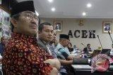 Ketua Dewan Kehormatan Penyelenggara Pemilu (DKPP), Jimly Asshiddiqie (kiri) menghadiri sidang etik  penyelenggara pemilu Aceh di  Banda Aceh, Selasa (9/8). Sidang yang digelar Badan Kehormatan Penyelenggara Pemilu (DKPP) itu meminta keterangan dari penyelanggara pemilu Komisi Indepeden Pemilihan (KIP) kabupaten Aceh Timur  dan Kabupaten Nagan Raya sebagai penggugat dan keterangan dari Komisi Indepeden Pemilihan (KIP) Provinsi Aceh sebagai tergugat-II dan KPU pusat  sebagai tergugat-I dalam kasus kisruh kepemimpinan lama dengan kepimpinan baru KIP Aceh Timur dan KIP Nagan Raya, Provinsi Aceh. ANTARA Aceh/Ampelsa/16