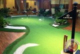 Pengunjung bisa main Golf di Booth Lexus Indonesia