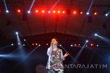 Penyanyi Andien tampil di atas panggung saat pagelaran musik Jazz Traffic Festival 2016 di Surabaya, Jawa Timur, Minggu (28/8) malam. Dalam kesempatan tersebut, Andien membawakan sejumlah lagu andalannya seperti gemilang, pulang dan sahabat setia. Antara jatim/Umarul Faruq/zk/16