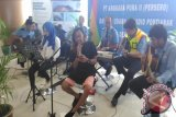 Entertainer Ipunk ikut bernyanyi di panggung yang disediakan Angkasa Pura II Bandara Supadio Pontianak, Minggu. Panggung ini bentuk pelayanan dari pihak bandara kepada pengguna Bandara Supadio Pontianak terkait Hari Pelanggan Nasional 2016. (Teguh Imam Wibowo)