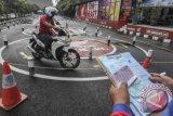 Calon pembuat Surat izin Mengemudi (SIM) baru saat melakukan tes uji kendaraan sepeda motor di Kantor Satuan Pelaksana Administrasi SIM (Satpas) Direktorat Lalu Lintas Polda Metro Jaya, Daan Mogot, Jakarta. (ANTARA FOTO/Muhammad Adimaja/Dok).