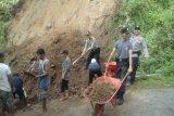 Polsek Girimulyo bersihkan material tanah longsor