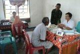 Babinsa Trikora bantu lansia peroleh pelayanan kesehatan