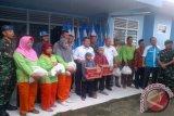 KNPI bagikan sembako kepada petugas kebersihan Baturaja