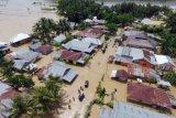 Foto udara kondisi jalan dan rumah warga yang tergenang banjir di Kecamatan Limboto, Kabupaten Gorontalo, Rabu (26/10). Pemerintah Kabupaten Gorontalo menetapkan status darurat bencana banjir bandang menyusul banjir yang menggenangi sembilan kecamatan yang mengakibatkan ribuan rumah terendam dengan jumlah korban banjir mencapai 15.000 orang. ANTARA FOTO/Adiwinata Solihin/aww/16.