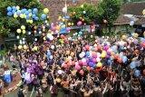 Sejumlah siswa melepas balon berisi cita-cita siswa di SMPN 12 Jember, Jawa Timur, Jumat (25/11). Sebanyak 700 siswa menerbangkan balon ke udara, yang di dalamnya berisi cita-cita dan harapan siswa di Hari Guru Nasional yang diperingato setiap tanggal 25 November.Antara Jatim/Seno/zk/16.
