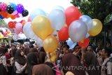 Sejumlah siswa bersiap melepas balon berisi cita-cita siswa di SMPN 12 Jember, Jawa Timur, Jumat (25/11). Sebanyak 700 siswa menerbangkan balon ke udara, yang di dalamnya berisi cita-cita dan harapan siswa di Hari Guru Nasional yang diperingato setiap tanggal 25 November. Antara Jatim/Seno/zk/16.