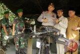 Kapolda Aceh, Irjen Pol Rio S Djambak (tengah) , Pangdam Iskandar Muda, Mayjen TNI Tatang Sulaiman (kedua kari), Ketua DPR Aceh, Tgk Muharuddin (kedua kanan) dan Plt Walikota Banda Aceh, Hasanuddin (kanan) menyaksikan salah satu jenis senjata TNI saat meninjau pameran Alutsista di Banda Aceh, Selasa (29/11). Pameran alutsista  TNI-Polri  yang berlangsung dari tanggal 29-30 November itu merupakan rangkaian dari kegiatan Nusantara Bersatu. (ANTARA Aceh/Ampelsa/16)