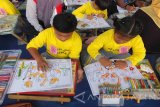 Sejumlah anak berkebutuhan khusus (tuna rungu) mengikuti lomba mewarnai yang merupakan kegiatan Hari Disabilitas Internasional di alun-alun Kabupaten Jember, Jawa Timur, Jumat (2/12). Beragam kegiatan yang melibatkan penyandang disabilitas digelar di antaranya lomba melukis, lomba mewarnai, lomba menyanyi, dan lomba memasak, serta pameran kerajinan kelompok difabel. Antarajatim/Zumrotun Solicha/zk/16