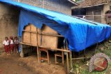 Sejumlah murid bermain di depan SDN Sirna Asih, Kampung Cisarua , Desa Banyuresmi, Kecamatan Cigudeg, Kabupaten Bogor, Jawa Barat. Siswa di sekolah tersebut setiap harinya belajar di kelas yang hanya beratapkan terpal dan berlantai tanah. Para siswa mengharapkan sarana dan prasarana pendidikan yang layak dari pemerintah pusat maupun pemerintah daerah. (ANTARAFOTO/Yulius Satria Wijaya).