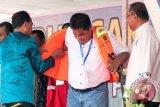 Menteri Perhubungan (Menhub) Budi Karya Sumadi (kiri), memberikan bantuan life jacket untuk salah satu perwakilan nelayan Maluku, disaksikan Kepala Dinas Perhubungan Benny Gaspersz (kanan), di Ambon, Maluku, Kamis (9/2). Bantuan dari Kementerian Perhubungan (Kemenhub) yang diserahkan Menhub bertepatan dengan puncak Hari Pers Nasional (HPN) 2017 ini, berupa Program Vokasi Pelayaran 1.000 siswa, 1.000 life jacket untuk nelayan, bantuan 20 buah bus dan dua buah Kapal Penyeberangan antar Pulau. ANTARA FOTO/Embong Salampessy/17.