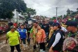 Puan Kunjungi Korban Bencana Saat Hujan Deras