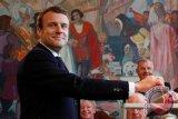 Insiden salaman Macron-Trump hebohkan jagat maya