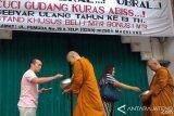 Umat Buddha Pindapata Waisak di Pecinan Magelang