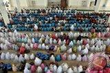 Sejumlah santri cilik didampingi orang tua mereka mengikuti kegiatan Gema Seribu Santri Berzikir di Masjid Baitussalahin, Ulee Kareueng, Banda Aceh, Aceh, Jumat (19/5). Kegiatan yang bertujuan untuk mengedukasi anak mengenai makna zikir itu diselenggarakan dalam rangka menyambut bulan Suci Ramadan. (ANTARA FOTO/Ampelsa)
