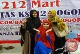Panitia peresmian '212 Mart' (dari ki-ka) Ibu Susi, Ibu Nur Hasanah, Ibu Iffah usai 'Grand Opening' gerai perdana di wilayah Bogor, Jawa Barat. (FOTO ANTARA/Humas '212 Mart').
