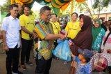 Walikota Banda Aceh terpilih, Aminullah Usman (kiri) menyerahkan secara simbolis paket sembako ramadhan kepada warga miskin disaksikan pengurus Yayasan Hakka Aceh, di Banda Aceh, Sabtu (10/6). Pembagian sebanyak 2.000 paket sembako untuk warga dhuafa itu merupakan agenda  rutin tahunan warga Tionghoa dari Yayasan Hakka Aceh sebagai bentuk kepedulian sosial mereka terhadap warga miskin dan selain mempererat silaturrahmi tanpa membedakan suku dan agama. (ANTARA Aceh/Ampelsa)