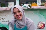 Padu padan simpel ala Dewi Sandra