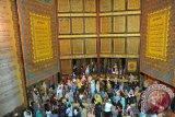 Jalan menuju objek wisata religi Alquran Al-Akbar Palembamg rusak parah