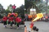 Sesingaan (kiri) kesenian khas Sunda, dan Reog (kanan) kesenian khas Jawa Timur yang ikut memeriahkan acara Helaran dalam rangka 'Hari Jadi Bogor ke 535 di Kota Bogor, Jawa Barat.  (Foto Humas Pemkot Bogor).