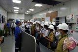 Pelajar Maluku Kunjungi Kapal Listrik di Kupang
