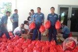 PT Timah (Persero) Tbk menyalurkan bantuan 200 paket sembako untuk meringankan beban korban banjir di Desa Rias dan Delas Kabupaten Bangka Selatan, Rabu (19/7/2017). (antarababel.com/Juniardi)